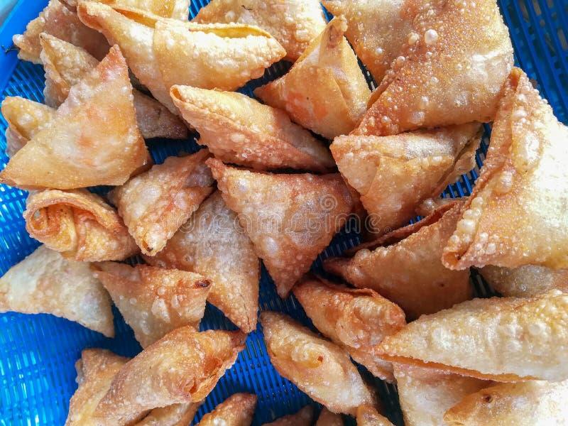 Fried Pastry tailandês na cesta azul foto de stock royalty free