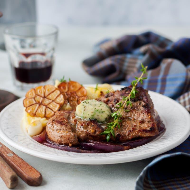 Fried Pork avec Herb Butter et la purée de pommes de terre photographie stock