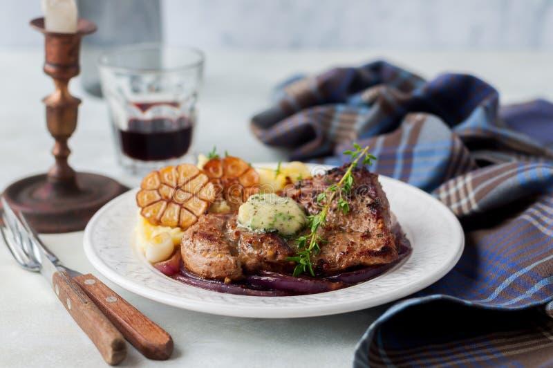 Fried Pork com Herb Butter e as batatas trituradas imagens de stock