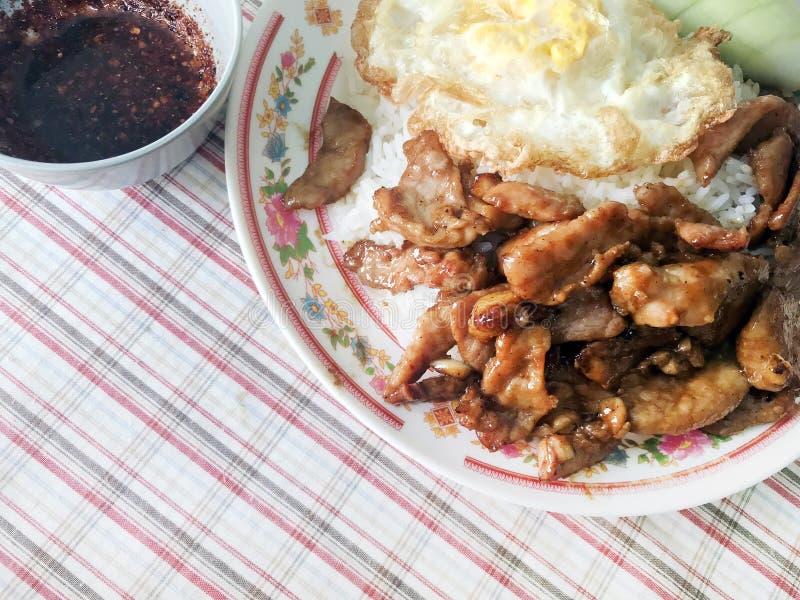 Fried Pork med vitlökpeppar på det stekte ägget för ris och Chili Pepper Spicy sås som doppar foods för lätt gata för meny för se arkivfoton