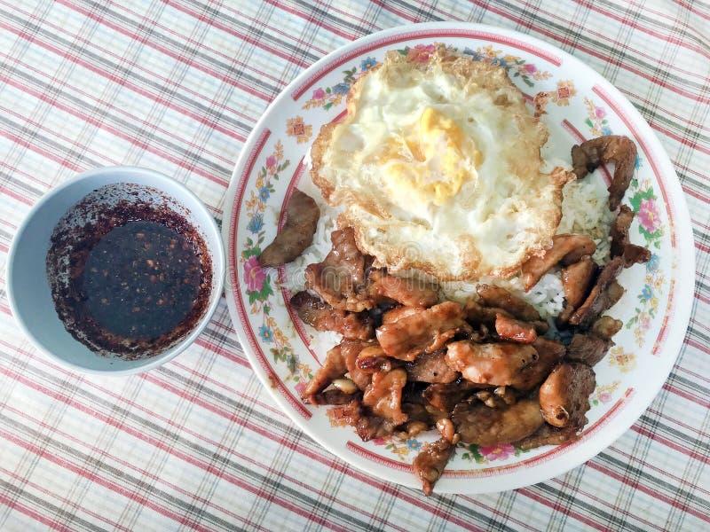 Fried Pork med vitlökpeppar på det stekte ägget för ris och Chili Pepper Spicy sås som doppar foods för lätt gata för meny för se fotografering för bildbyråer