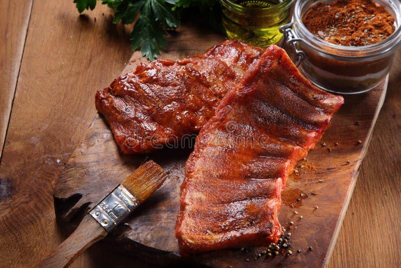 Fried Pork Rib auf Schneidebrett mit würzigem Pulver lizenzfreies stockfoto