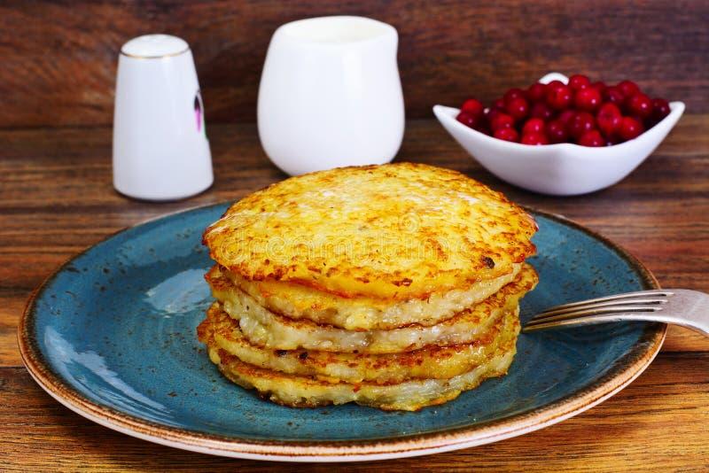 Fried Potato Pancakes avec de la confiture de canneberge Biélorusse et allemand photo libre de droits