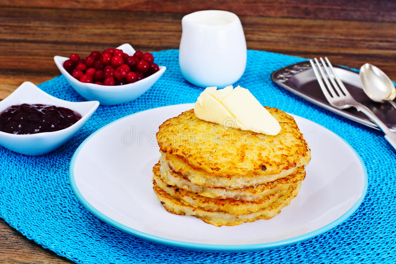 Fried Potato Pancakes avec de la confiture de canneberge Biélorusse et allemand photographie stock libre de droits
