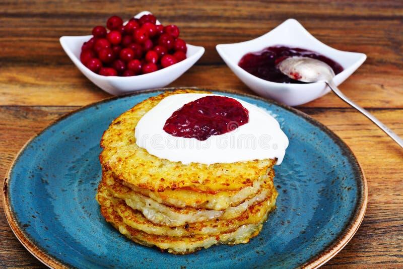Fried Potato Pancakes avec de la confiture de canneberge Biélorusse et allemand images libres de droits