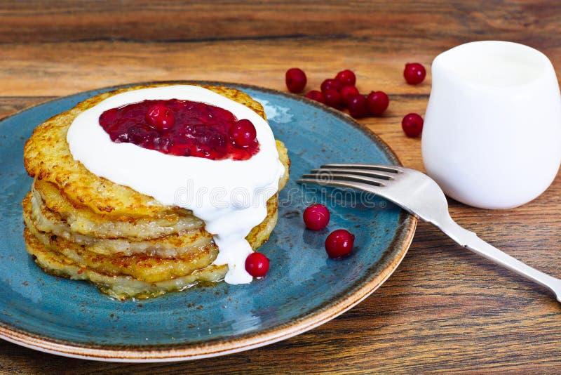 Fried Potato Pancakes avec de la confiture de canneberge Biélorusse et allemand image libre de droits