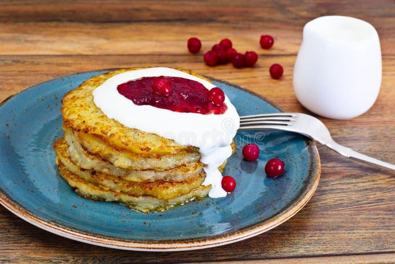 Fried Potato Pancakes avec de la confiture de canneberge Biélorusse et allemand photo stock