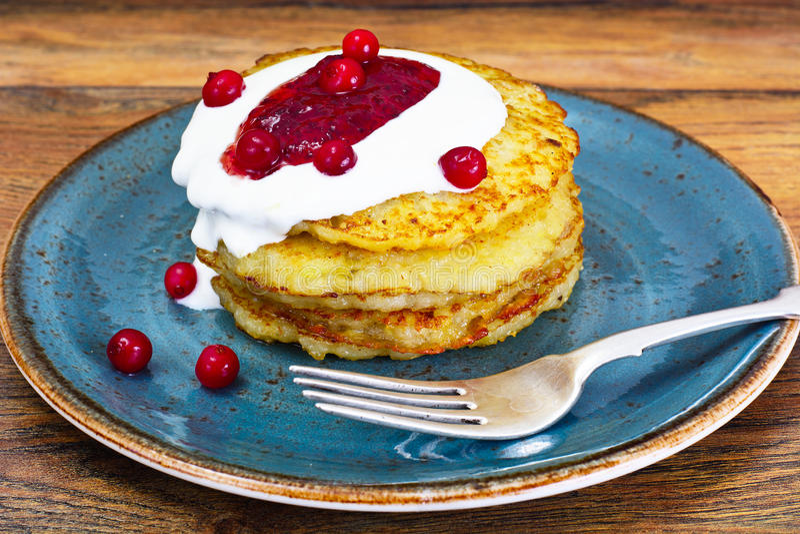 Fried Potato Pancakes avec de la confiture de canneberge Biélorusse et allemand photographie stock