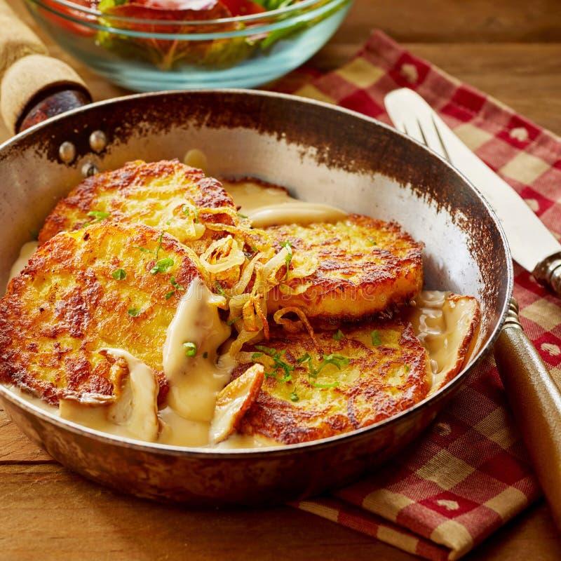 Fried Potato Pancakes avec de la sauce crème et des pommes photo stock