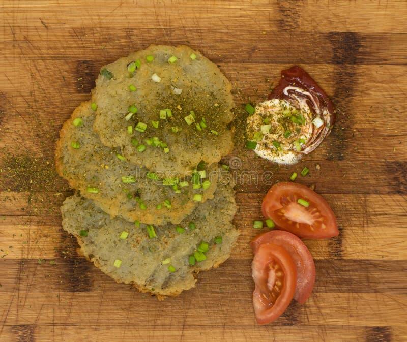 Fried Potato Pancakes fait maison aux oignons verts coupés sur le conseil en bois photo stock