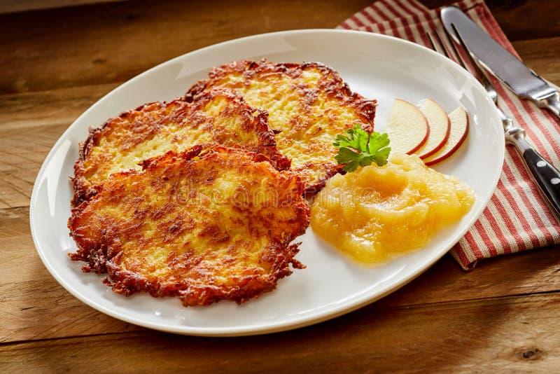Fried Potato Rosti Served croquant avec la compote de pommes photo stock
