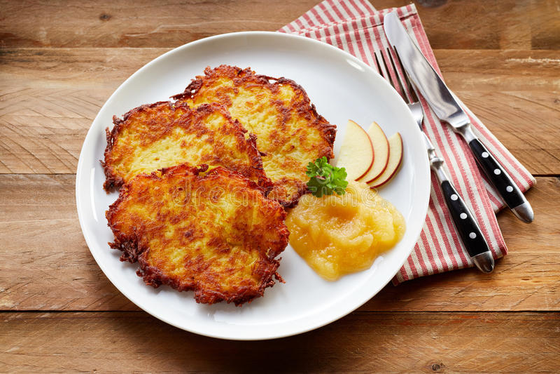 Fried Potato Rosti Served croquant avec la compote de pommes photographie stock