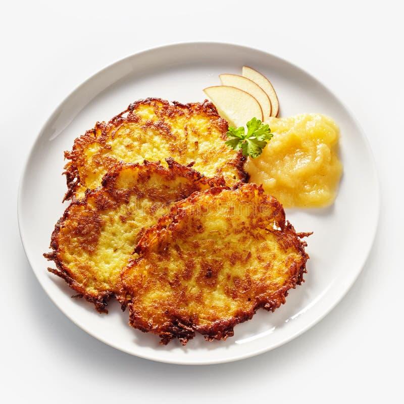Fried Potato Rosti Served de oro con la compota de manzanas foto de archivo