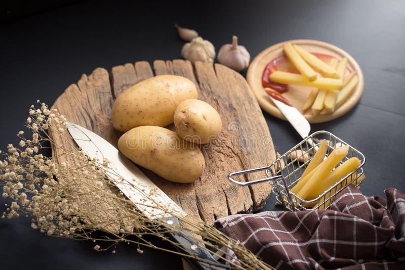 Fried Potato Slice et pomme de terre profonds sur le baord en bois pour la cuisson photo libre de droits