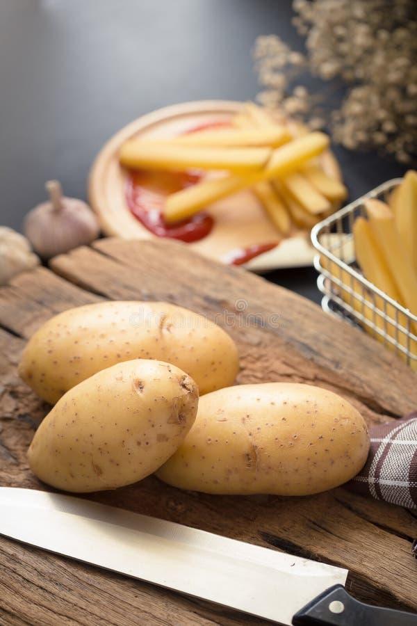 Fried Potato Slice et pomme de terre profonds sur le baord en bois pour la cuisson photographie stock libre de droits