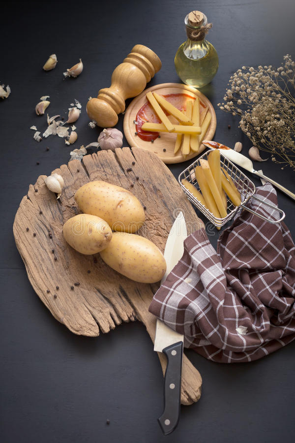 Fried Potato Slice et pomme de terre profonds sur le baord en bois pour la cuisson images stock