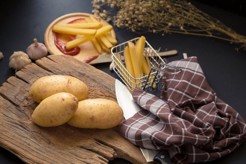 Fried Potato Slice et pomme de terre profonds sur le baord en bois pour la cuisson image stock