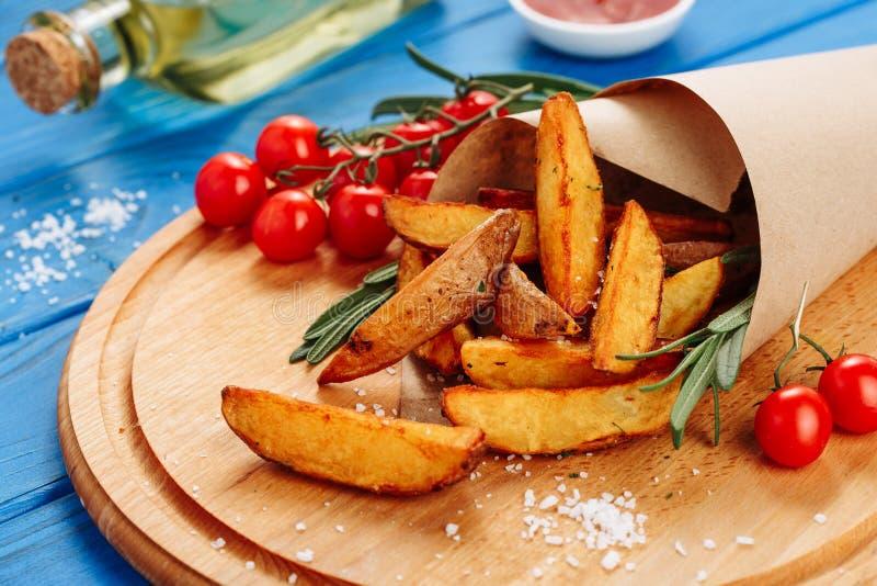 Fried Potato Slice profondo sulla vista laterale del bordo di legno fotografia stock libera da diritti