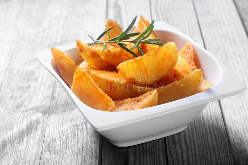 Fried Potato Snacks sur la cuvette sur le Tableau en bois images stock