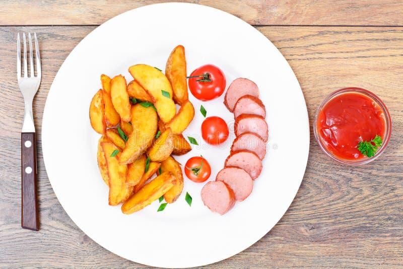 Fried Potato Wedges dans un rural et une saucisse images libres de droits
