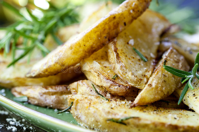 Fried Potatoes com alecrins foto de stock royalty free