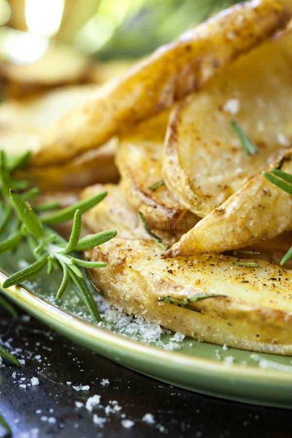 Fried Potatoes com alecrins fotografia de stock