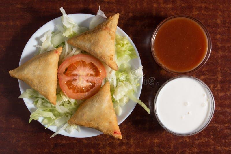 Fried prepared samosas royalty-vrije stock afbeelding