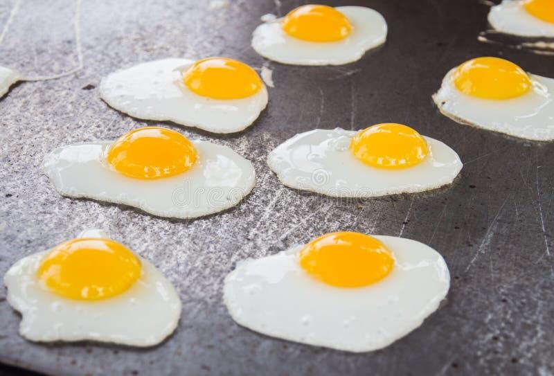 Fried Quail Eggs Cooking On-Bratpfanne, thailändischer Art-Snack, Thaila stockfotografie