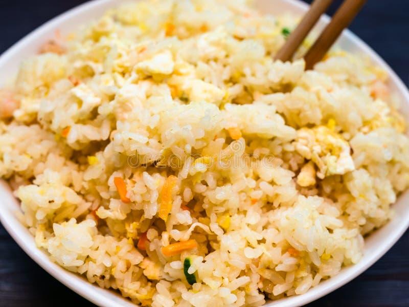 Fried Rice com camarões, vegetais e ovos imagens de stock
