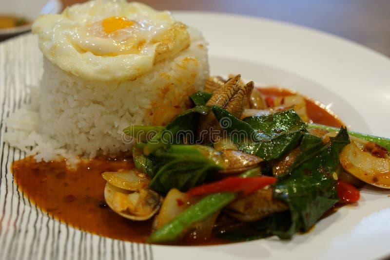 Fried Rice med chilimusslor med det stekte ägget royaltyfri foto