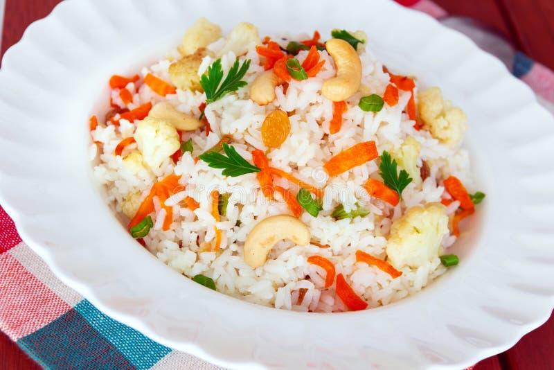 Fried Rice Served colorido em uma placa branca imagem de stock royalty free