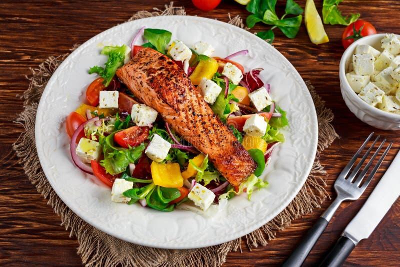 Fried Salmon biff med nya grönsaker sallad, fetaost Sund mat för begrepp royaltyfri fotografi