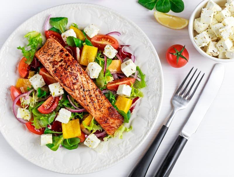 Fried Salmon biff med nya grönsaker sallad, fetaost Sund mat för begrepp arkivbild