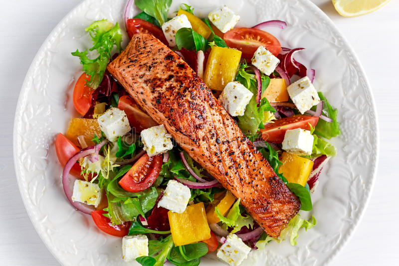 Fried Salmon biff med nya grönsaker sallad, fetaost Sund mat för begrepp fotografering för bildbyråer