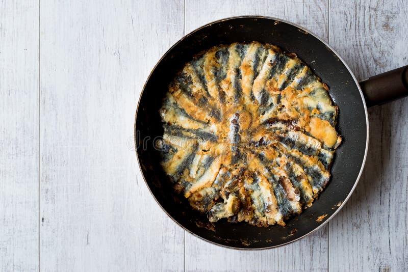 Fried Sardines frais dans la casserole sur la surface en bois photo libre de droits
