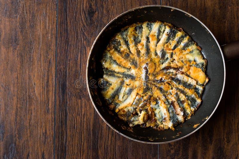 Fried Sardines frais dans la casserole sur la surface en bois image stock