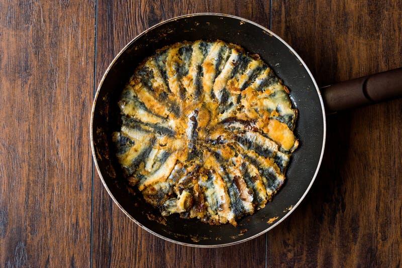 Fried Sardines frais dans la casserole sur la surface en bois photographie stock libre de droits