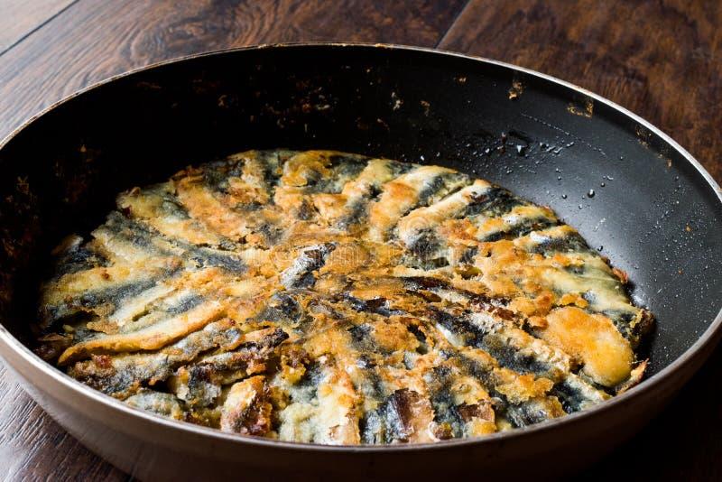Fried Sardines frais dans la casserole sur la surface en bois images stock