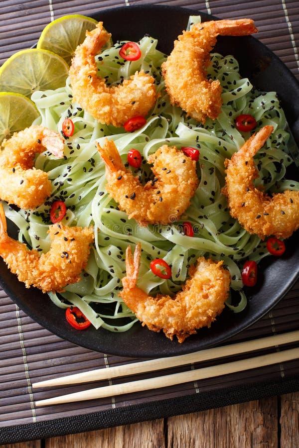 Fried Shrimp in den Brotkrumen mit grüner Teigwaren- und Sesamnahaufnahme stockbilder