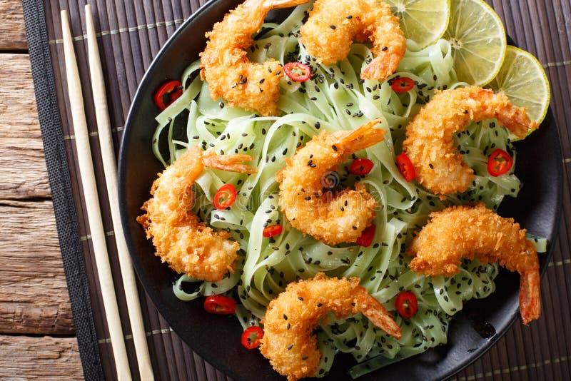 Fried Shrimp in den Brotkrumen mit grüner Teigwaren- und Sesamnahaufnahme stockbild