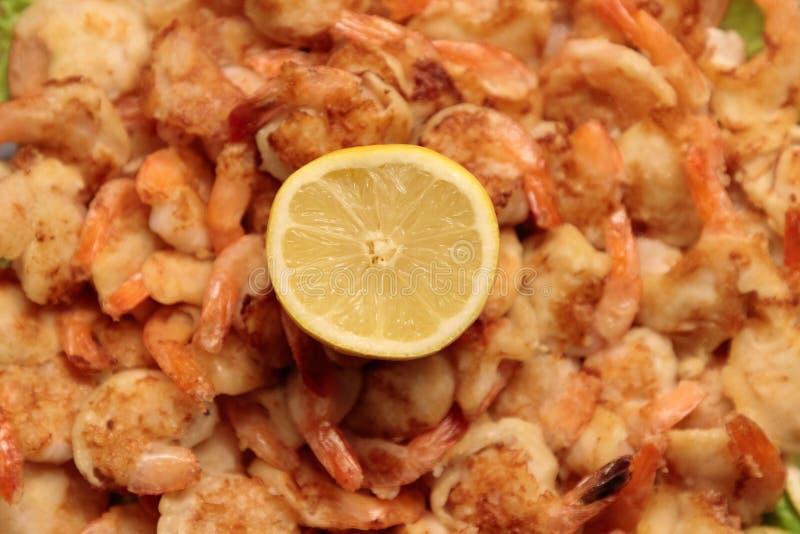 Fried Shrimp i smet på plattor med citronnärbild arkivfoto