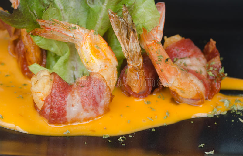 Fried Shrimp Wrapped med bacon royaltyfria bilder