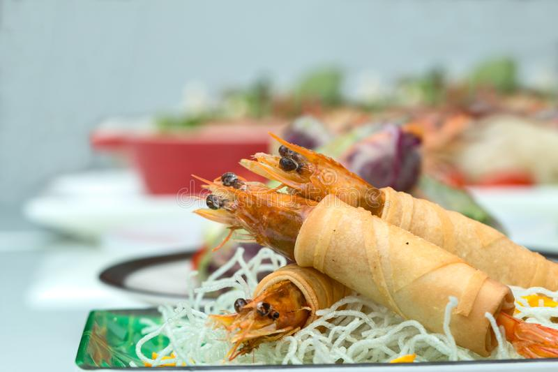 Fried Shrimps si è avvolto e tagliatelle fritte croccanti con la fila di vario alimento vietnamita come fondo fotografia stock