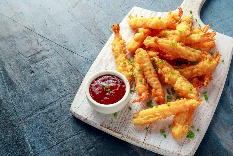 Fried Shrimps-Tempura mit süßer Chili-Sauce auf weißem hölzernem Brett lizenzfreie stockfotografie