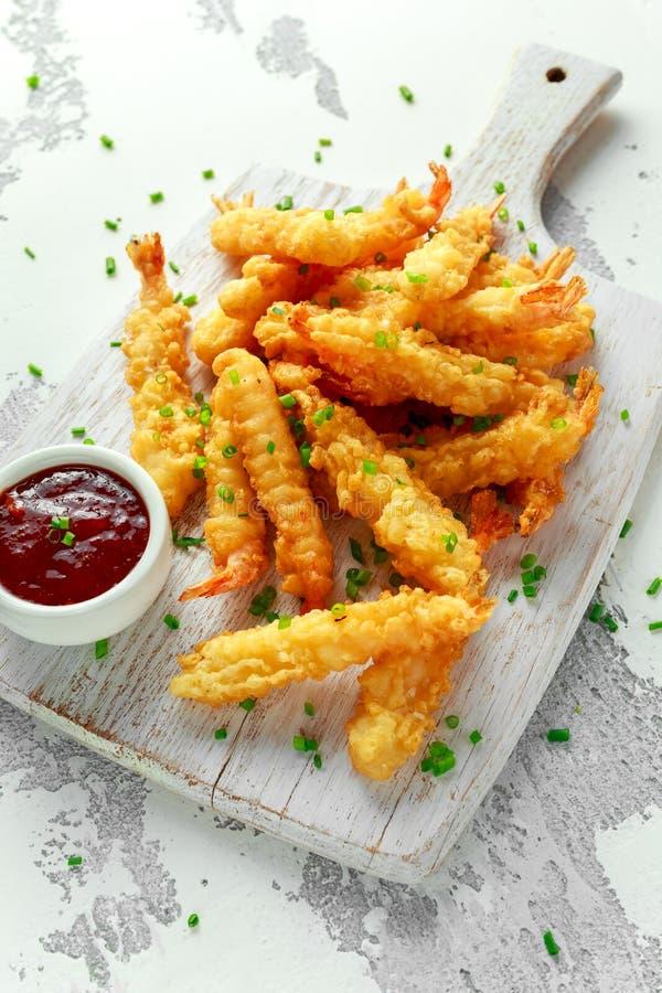 Fried Shrimps-Tempura mit süßer Chili-Sauce auf weißem hölzernem Brett lizenzfreie stockbilder