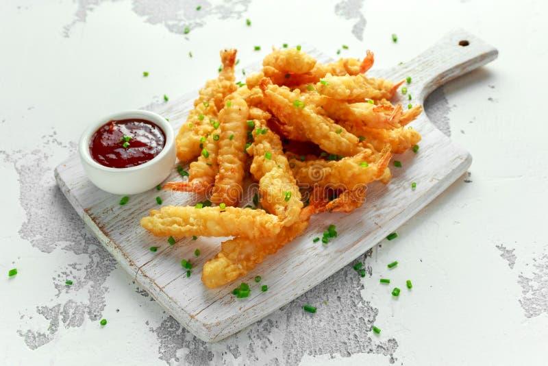 Fried Shrimps-Tempura mit süßer Chili-Sauce auf weißem hölzernem Brett lizenzfreies stockbild