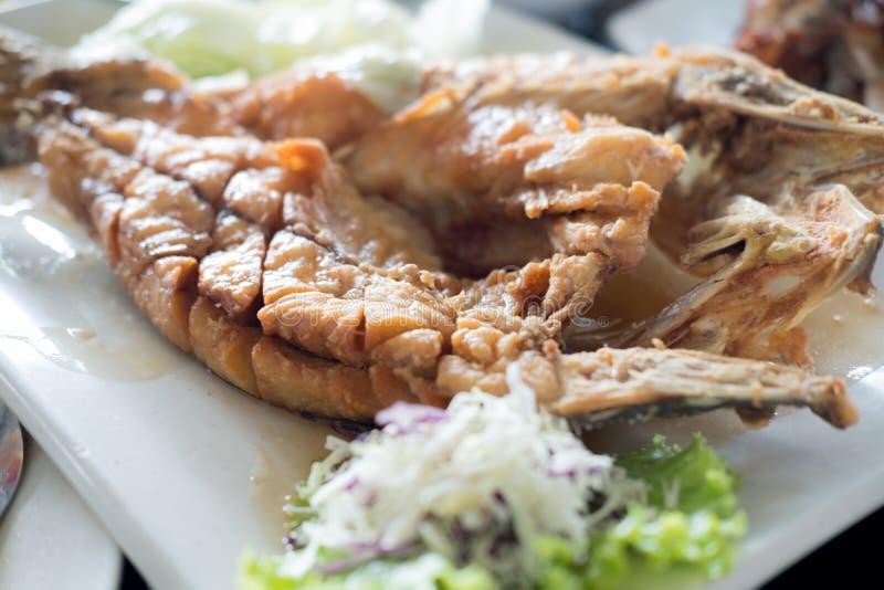 Fried Snapper profundo rematado con la salsa de pescados dulce fotos de archivo