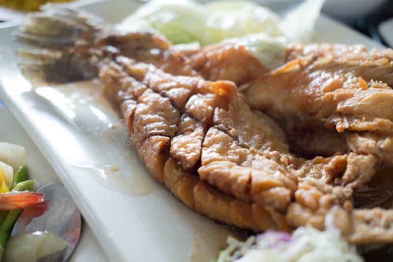 Fried Snapper profundo rematado con la salsa de pescados dulce imagenes de archivo