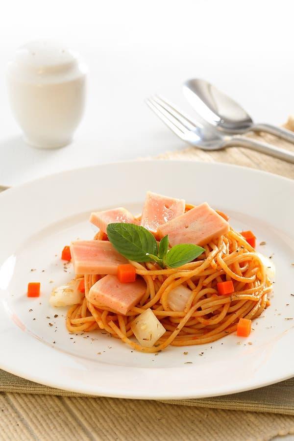 Fried Spaghetti met ham en worst, Kruidig fusie Thais voedsel stock afbeeldingen