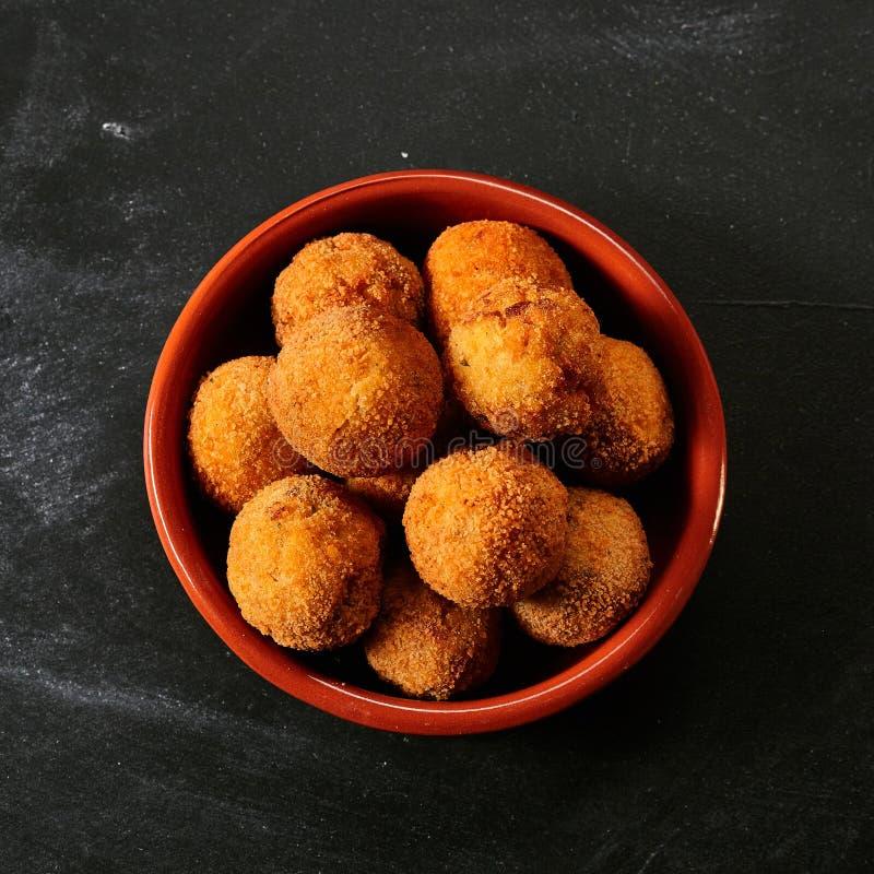 Fried Spanish bacalaokroketter arkivfoto